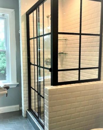 Lucette 1660B (Bypass Stall with buttress return) with Clear Glass & Matte Black Gridworks